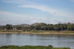 Vista escénica del riverbank a lo largo del río el Mekong fotografía de archivo libre de regalías