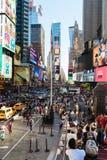 Vista escénica del Times Square con una muchedumbre de gente Fotografía de archivo libre de regalías