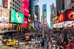 Vista escénica del Times Square con una muchedumbre de gente Imagen de archivo
