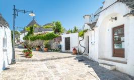 Vista escénica en Alberobello, el pueblo famoso de Trulli en Apulia, Italia meridional Fotografía de archivo
