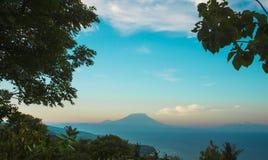 Vista escénica hermosa asombrosa del soporte Agung del volcán activo en la isla de Bali de Indonesia en puesta del sol en el dest fotografía de archivo libre de regalías