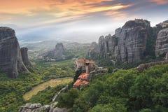 Vista escénica hermosa del valle de Meteora y de los monasterios santos Fotos de archivo