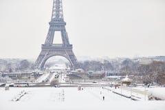 Vista escénica a la torre Eiffel en un día con nevadas fuertes Foto de archivo