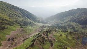 Vista esc?nica del paisaje hermoso en las monta?as de Siderian, naturaleza hermosa del lago Baikal Vuelos a?reos del abej?n almacen de metraje de vídeo