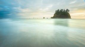 Vista escénica de la pila del mar en la segunda playa cuando puesta del sol, en parque nacional olímpico del mt, Washington, los  Imagenes de archivo