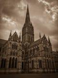 Vista escura da catedral de Salisbúria em Inglaterra fotos de stock royalty free