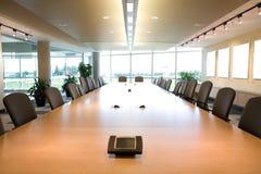 Vista esecutiva della testa della sala del consiglio in ufficio pulito. immagini stock libere da diritti