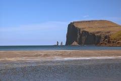 Vista espectacular al og legendario Kellingin de Risin de las pilas del mar el gigante y la bruja del pueblo TjørnuvÃk imagenes de archivo