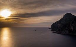 Vista espectacular de la puesta del sol en Palaiokastritsa Corfú Grecia Fotografía de archivo libre de regalías