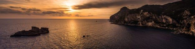 Vista espectacular de la puesta del sol en Palaiokastritsa Corfú Grecia Foto de archivo libre de regalías