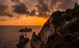 Vista espectacular de la puesta del sol en Palaiokastritsa Corfú Grecia Imagen de archivo
