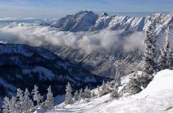 Vista espectacular a las montañas de la estación de esquí del Snowbird en Utah Imagen de archivo