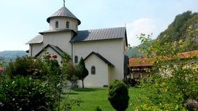 Vista espetacular da igreja da suposição da Virgem Maria no monastério de Moraca imagens de stock