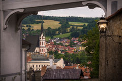 Vista espetacular de St Vitus Church e Cesky Krumlov através do arco medieval República checa Local do património mundial do Unes Imagens de Stock Royalty Free