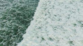 Vista espetacular em ondas brancas fascinantes grandes de vinda da superfície do verde do oceano video estoque