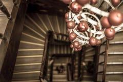 Vista espiral de las escaleras redondas que miran abajo con la decoración de la Navidad Fotografía de archivo