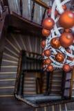 Vista espiral de las escaleras redondas que miran abajo con la decoración de la Navidad Foto de archivo libre de regalías