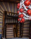 Vista espiral de las escaleras redondas que miran abajo con la decoración de la Navidad Fotografía de archivo libre de regalías