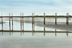 Vista esplosa della spiaggia della Cambogia e del ponte di legno Immagini Stock