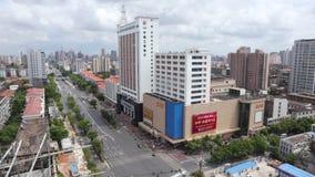 Vista-esquina de la calle de la ciudad de la ciudad moderna almacen de video