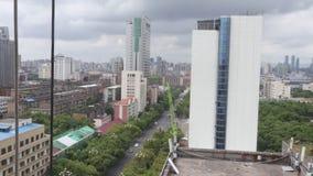 Vista-esquina de la calle de la ciudad de la ciudad moderna metrajes