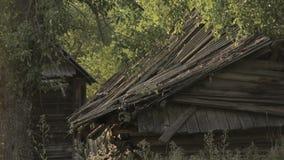 Vista estática na casa de madeira abandonada destruída velha na vila de Bielorrússia vídeos de arquivo