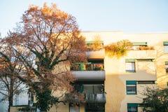 Vista esteriore ad edificio residenziale moderno con il balcone a Monaco di Baviera, Germania Immagine Stock