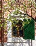 Vista esteriore della finestra della chiesa ortodossa immagini stock libere da diritti