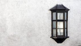 Vista esteriore di bello vecchio cottage di pietra inglese con la finestra immagini stock libere da diritti