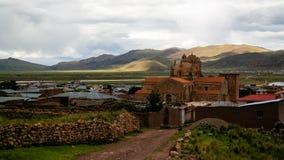 Vista esteriore a Iglesia de Santa Isabel de Pucara, Puno, Perù fotografie stock libere da diritti