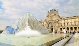 Vista esterna del museo del Louvre (Musee du Louvre) Fotografia Stock Libera da Diritti
