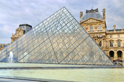 Vista esterna del museo del Louvre (Musee du Louvre) Immagine Stock Libera da Diritti