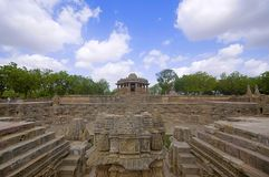 Vista esterna del tempio di Sun sulla banca del fiume Pushpavati Nel 1026-27 ANNUNCIO costruito, villaggio di Modhera del distret Immagine Stock Libera da Diritti