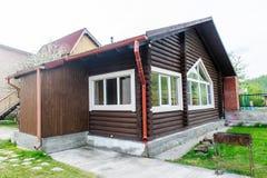 Vista esterna di una costruzione di ceppo di una sauna finlandese immagini stock libere da diritti