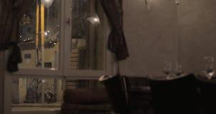Vista esterna ed interna della casa alla notte video d archivio