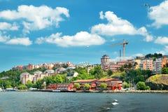 Vista a Estocolmo con un transbordador del mar Foto de archivo