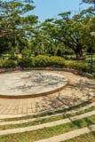 Vista estrecha de pasos concretos circulares en un jardín verde, Chennai, la India, el 1 de abril de 2017 Fotos de archivo