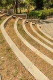 Vista estrecha de pasos concretos circulares en un jardín verde, Chennai, la India, el 1 de abril de 2017 Imagen de archivo libre de regalías