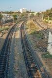 Vista estreita de trilhas do trem da curva do pé sobre a ponte, Chennai, Tamil Nadu, Índia, o 29 de março de 2017 Fotografia de Stock Royalty Free