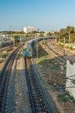 Vista estreita de um trem running na trilha da curva do pé sobre a ponte, Chennai, Tamil Nadu, Índia, o 29 de março de 2017 Imagem de Stock Royalty Free