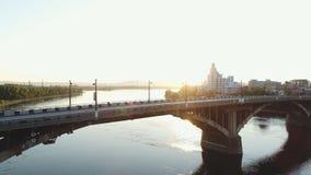 Vista excitante da cidade do sono na manhã do verão fora filme