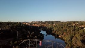 Vista excitante da ponte do arco sobre o rio em Califórnia video estoque