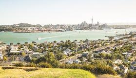 Vista excitante da skyline da cidade de Auckland e do golfo da baía da montagem Victoria na área de Devonport - vista do ângulo a foto de stock