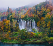 Vista excitante de uma grande cachoeira no parque nacional de Plitvice, UNESCO da Croácia Foto de Stock Royalty Free