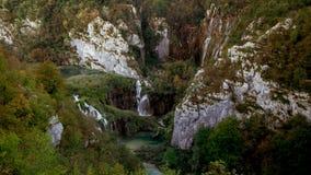 Vista excitante de uma montanha sobre uma parte do parque nacional de Plitvice imagem de stock