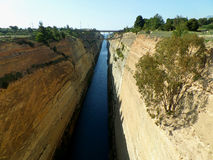 Vista excitante do canal de Corinth com a ponte da estrada de ferro foto de stock