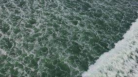 Vista excitante em ondas brancas fascinantes grandes de vinda da superfície do verde do oceano vídeos de arquivo
