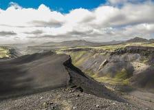 Vista excitante na grande fissura da garganta vulcânica de Eldgja no tempo ensolarado fotografia de stock royalty free