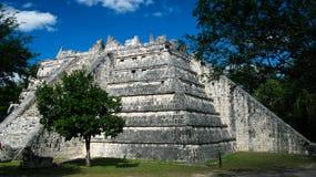 Vista exterior ao lugar de culto de Templo de las Mesas aka em Chichen-Itza, México imagens de stock