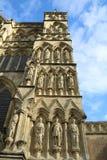 Vista exterior da catedral de Salisbúria imagens de stock royalty free